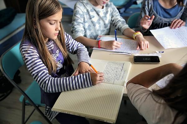 Деца пишат в тетрадки.