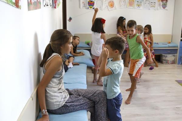 Деца играят.
