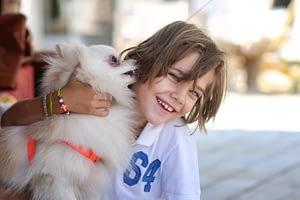 Усмихнато дете с куче.