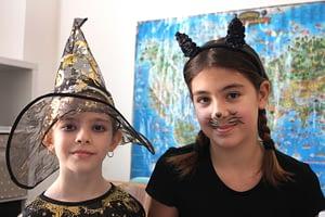 Маскирани деца Хелоуин.