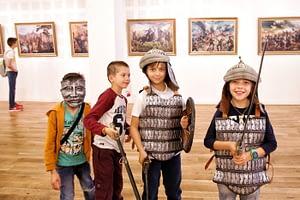Деца с ризници и мечове.